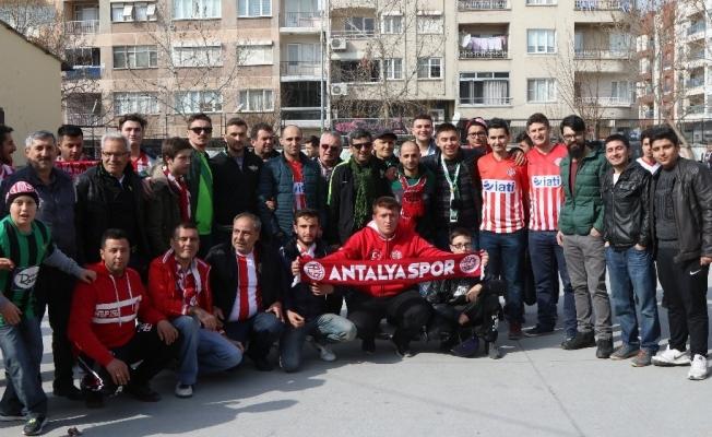 Akhisar Belediyespor ile Antalyaspor taraftarlarından örnek davranış