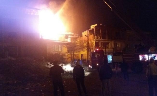 Yangın bir evi kullanılamaz hale getirdi