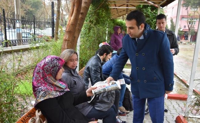 AK Parti'li gençler sokak sokak 'Evet' gazetesi dağıtıyor