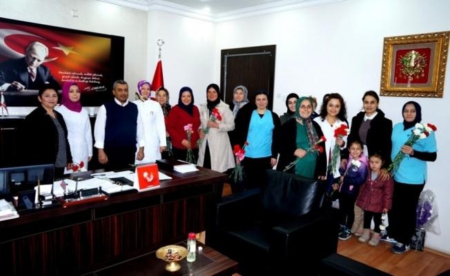 AK Partili kadınlar hastanede karanfil dağıttı