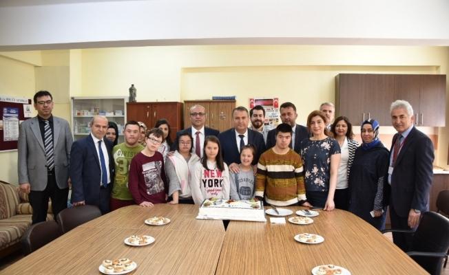 Başkan Çerçi Down Sendromlu çocuklarla pasta kesti