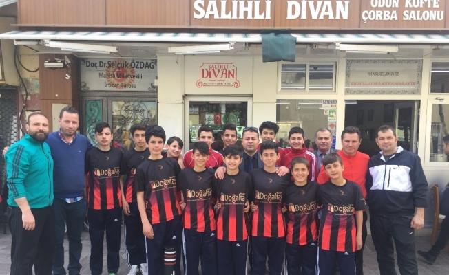 Manisalı futsal takımı öğrencileri moral yemeğinde buluştu