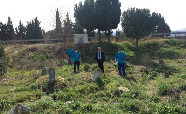 Piyadeler mezarlığı bakımdan geçti