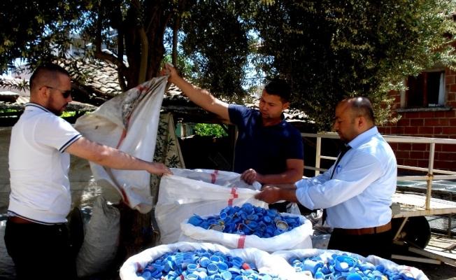 Engelliler için 300 kilogram mavi kapak topladı