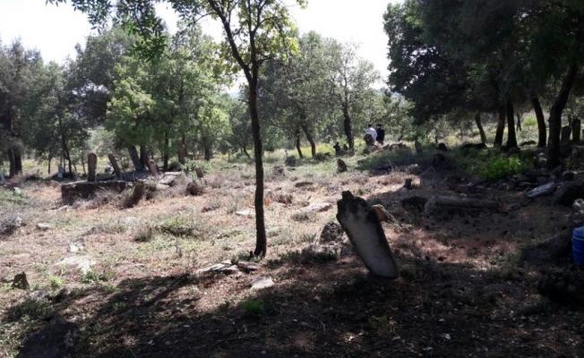 Mezarlıklarda titiz çalışma