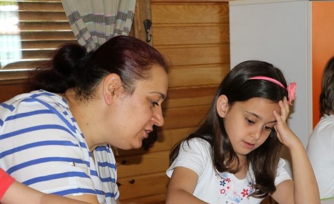 Minikler anneleriyle ailelerini resmetti