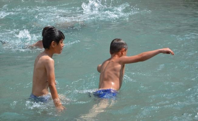Sıcak havaya dayanamayan çocuklar soluğu havuzlarda aldı