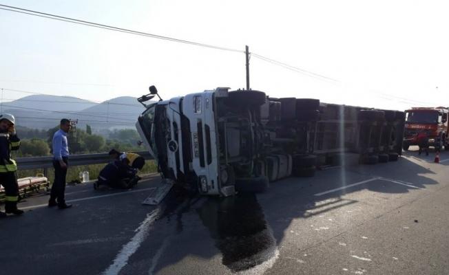 Soma-Kırkağaç yolunda tır devrildi: 1 yaralı
