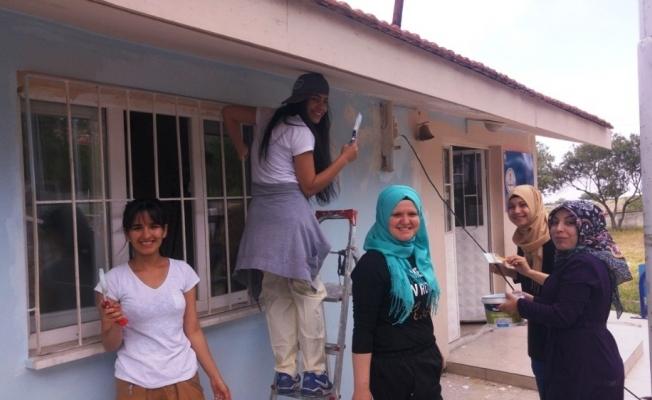 Üniversiteli gençler köy okulunu boyadı