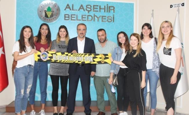 Alaşehirli 'Sarı Melekler' 8 oyuncu ile sözleşme imzaladı