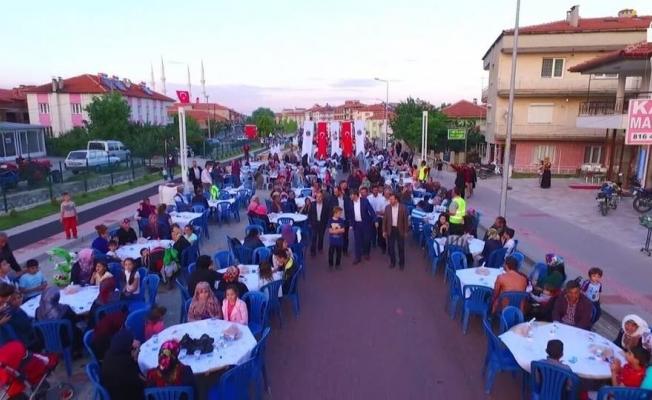 Kadir Gecesinde 7 bin kişi birlikte iftar açtı
