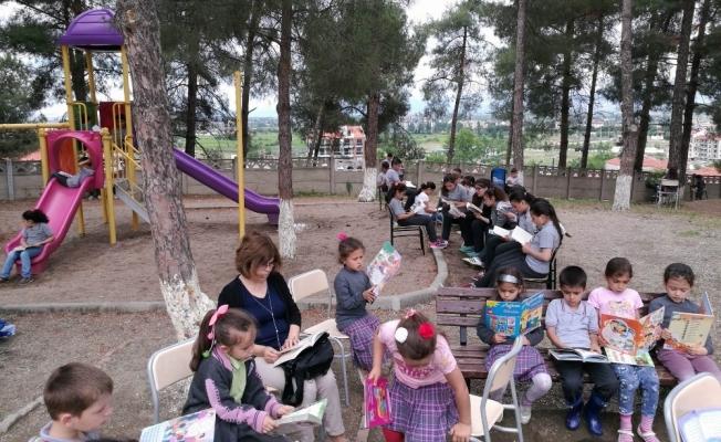 Veliler çocuklarıyla kitap okudu