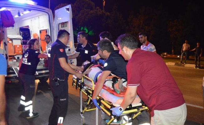 Kaldırımda yürüyen yayalara otomobil çarptı: 6 yaralı