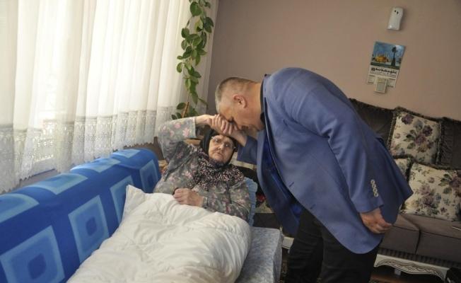 Zor durumdaki yaşlı kadına hasta yatağı desteği