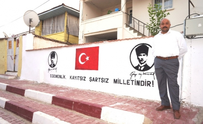 Bayrak ve Atatürk sevgisini duvara işledi