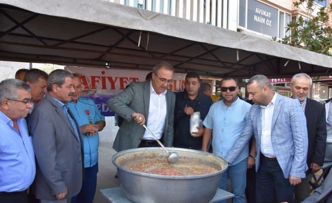 Başkan Karaçoban kendi elleriyle aşure ikram etti