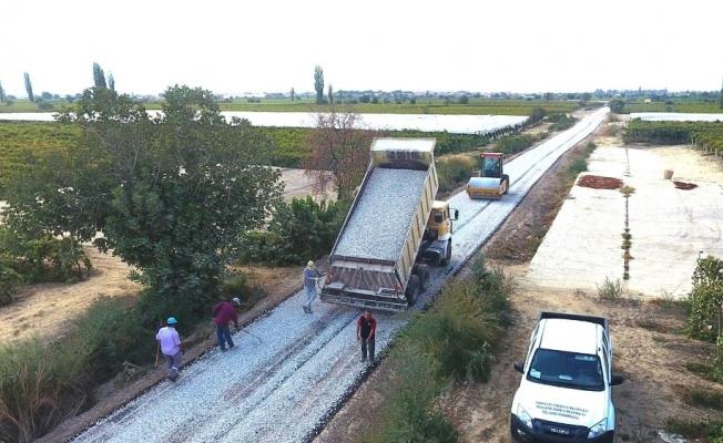Sarıgöl'de çiftçilerin yollarına asfalt atılıyor