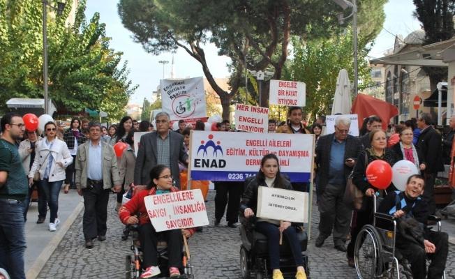 Engellilerden bandolu yürüyüş