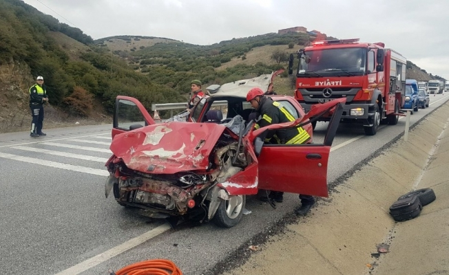 Kula'da otomobil kamyona çarptı: 2 yaralı