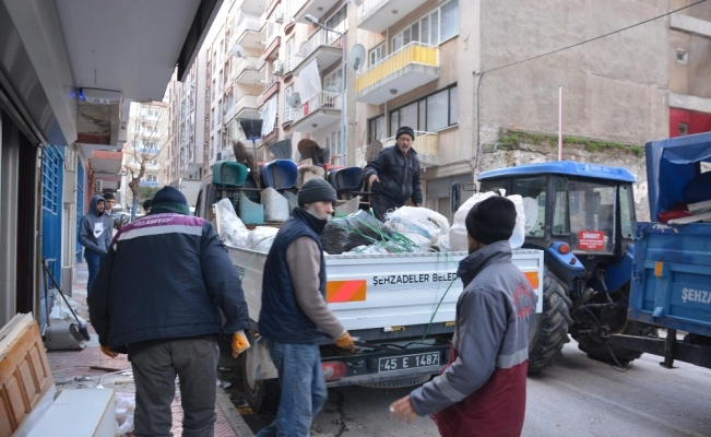 Manisa'da bir evde 2 römork dolusu çöp çıktı
