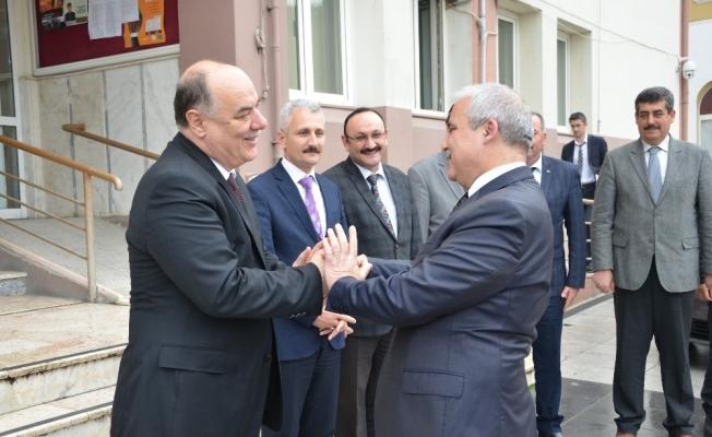 Vali Güvençer, emekli olan Milli Eğitim Müdürü Dernekbaş'ı uğurladı