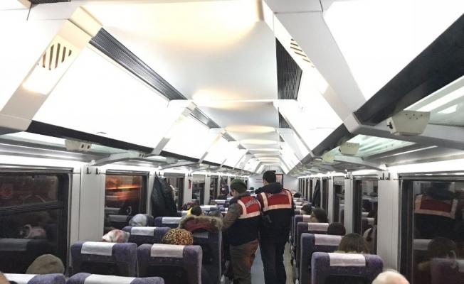Jandarma hareket halindeki tren içinde köpeklerle arama yaptı