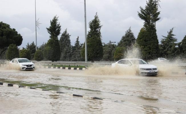 Manisa-İzmir yolu göle döndü