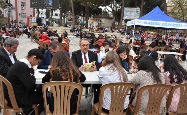 Başkan Karaçoban, öğrencilerle beraber kitap okudu