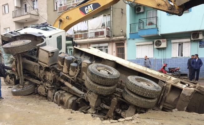 Çalışma yapılan yol çöktü kamyon çukura düştü