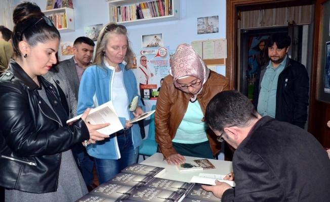 İmza gününde satılan kitapların gelirini şehit ailelerine bağışladı