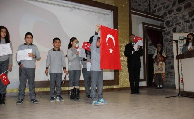 İranlı öğrenci İstiklal Marşını okuyup Türk Bayrağı açtı