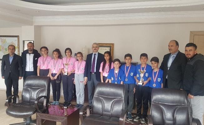 Kaymakam Güven il ikincisi badminton takımını ağırladı