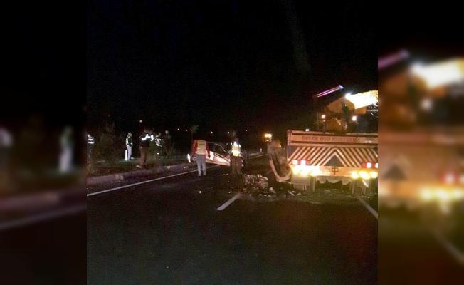 Kazaya karışan aracı çeken kurtarıcıya otomobil çarptı: 1 ölü, 5 yaralı