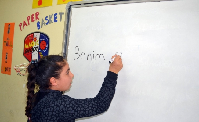 Manisa'daki Suriyeli çocuklar, Türkçe öğreniyor