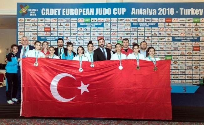 Salihlili milli judoculardan bronz madalya