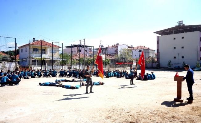 Sarıgöllü öğrenciler bedenleriyle Afrin yazıp bayrak yaptı