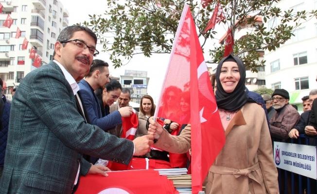 Şehzadeler Belediyesi 18 Mart Şehitler Günü dolaysıyla Mehter eşliğinde bayrak dağıtıp şehitleri andılar