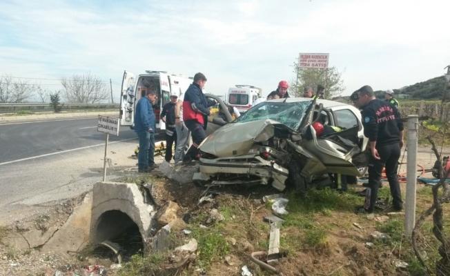 Yoldan çıkan otomobil menfeze çarptı: 2 yaralı