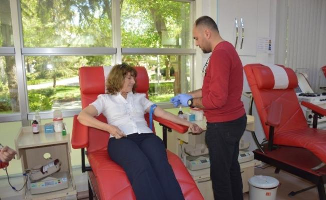 CHP'nin kan bağışı kampanyasına 3 kişi katıldı, 1 kişi kan verdi