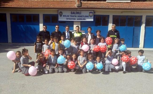 İlkokul öğrencilerinden polislere pastalı kutlama