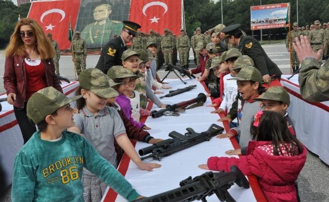 Kısa dönem askerlerle birlikte minik öğrenciler de yemin etti