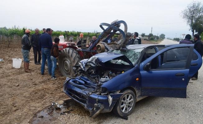 Manisa'da otomobil traktöre çarptı: 6 yaralı