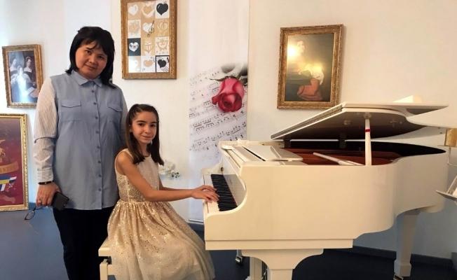 Manisalı minik piyanist Almanya'da düzenlenen yarışmada birinci oldu