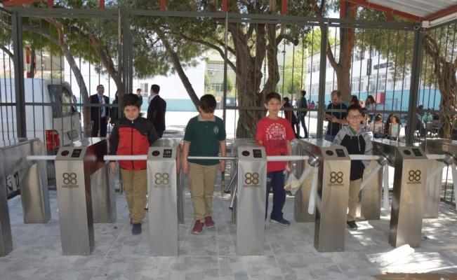 Okul kapısına 70 bin TL'lik akıllı turnike sistemi