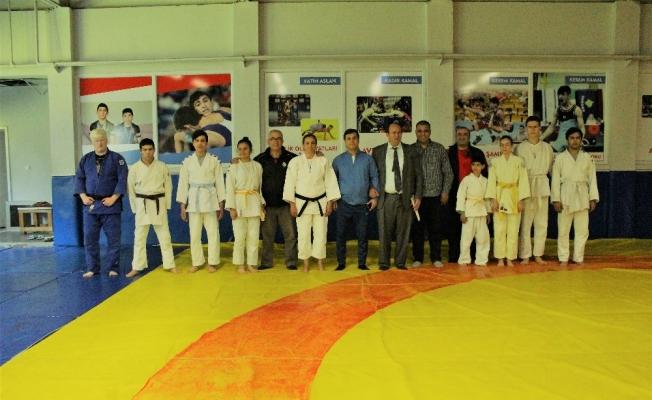 Öztürk'ten görme engelli milli judocuların antrenmanına baklavalı ziyaret
