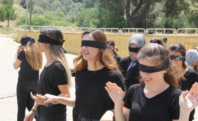 Engellileri anlamak için kampüste gözleri kapalı yürüdüler