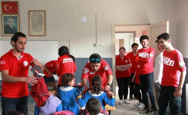 Üniversiteli AKUT gönüllüleri öğrencileri sevindirdi