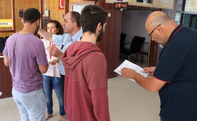 Öğrenciler sınavda veliler dışarıda ter döktü