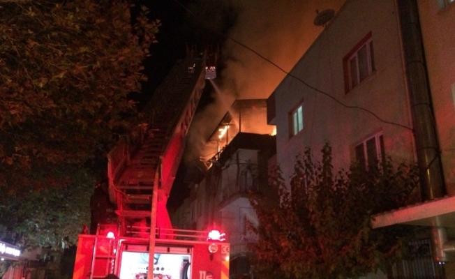 Apartmanın çatı katı alev alev yandı
