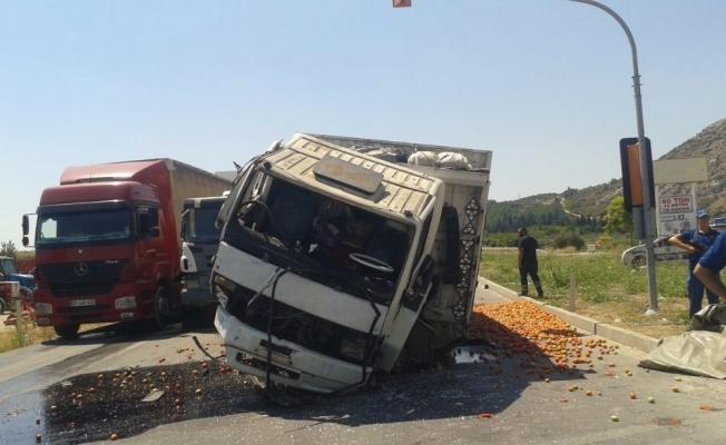 Domates yüklü kamyon kırmızı ışıkta bekleyen araçlara çarptı: 4 yaralı